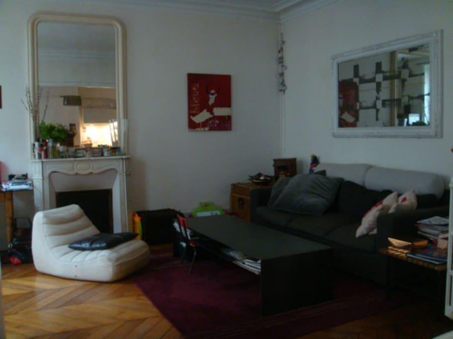 Pièce à vivre: très beau salon, grand canapé 3 places convertible, cheminée.