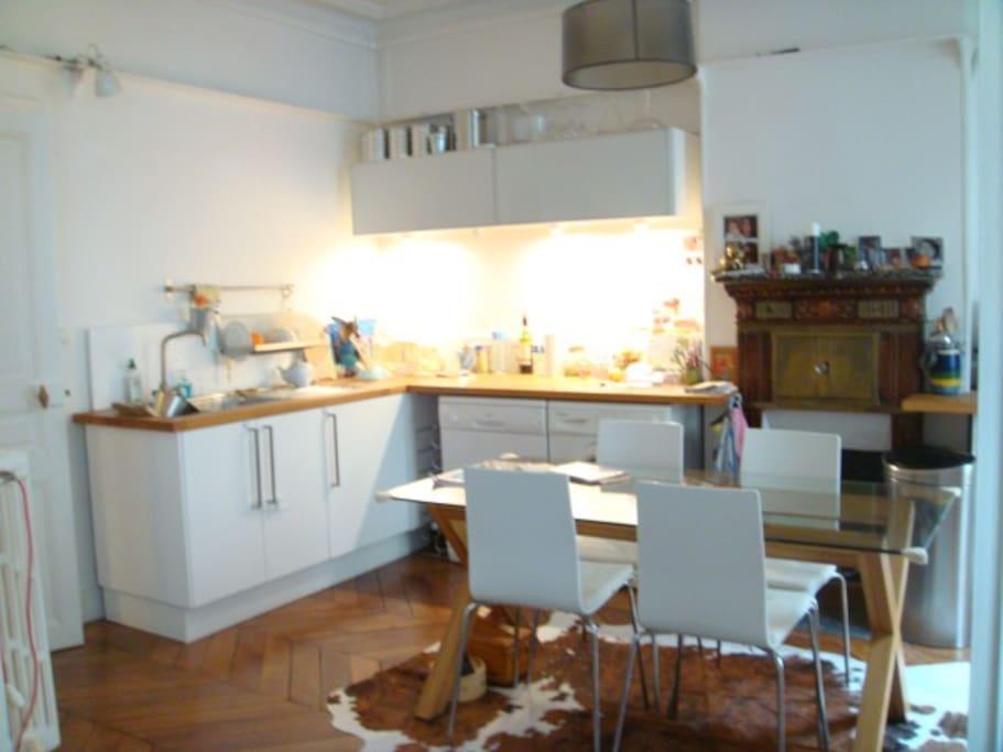 Pièce à vivre: grande cuisine dînatoire (6 pers.) très conviviale ouverte sur le salon