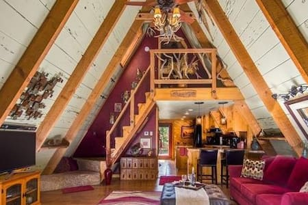 Rustic, Luxury A-Frame  + hot tub (near Bass Lake)