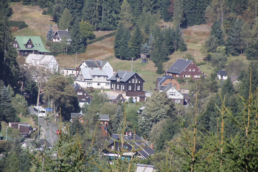 Landschaft und Ferienhaus im Sommer