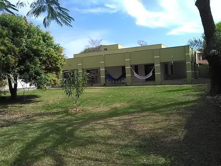 Casa espaçosa, ótima varanda e lindo gramado
