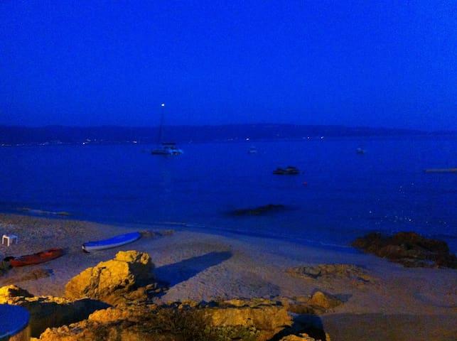 Sur la route des Sanguinaires, de très beaux restaurants au bord de l'eau, les pieds dans le sable.