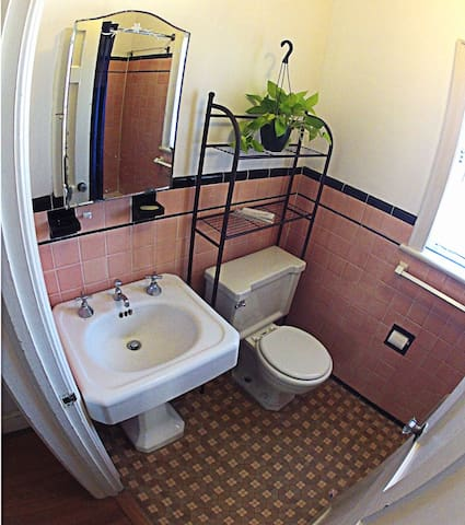 sunny bedroom on second floor - Arlington - Casa