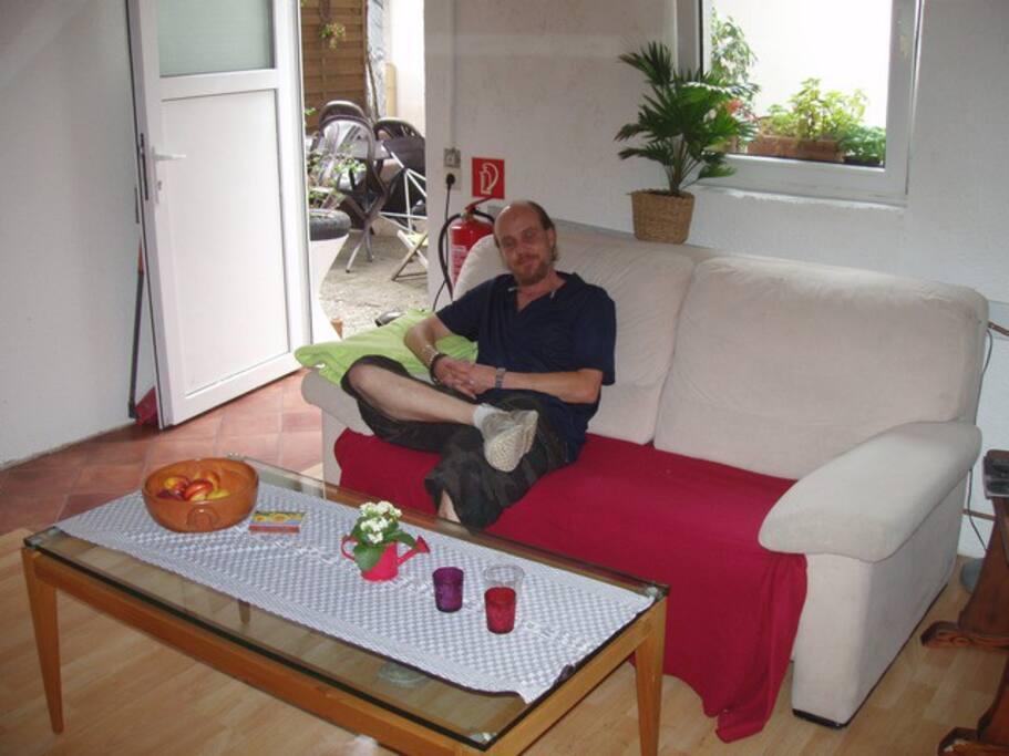 Auf dem Sofa im Fernsehraum- weg vom Alltag