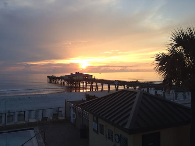 Oceanfront 2/2 Beside Fishing Pier - Daytona Beach Shores