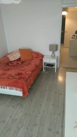 Spacious & cozy room only 20 min.from Sthlm City - Spånga  - Appartement