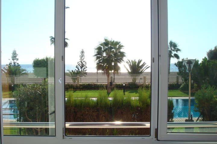 Apartamento Primera línea de playa. Frente al mar.
