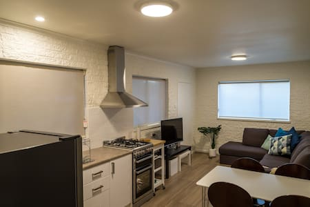 Well equipped modern flat close to Canberra
