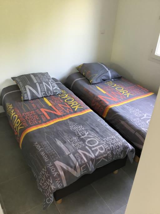 Chambre séparée : 2 couchages  une personne (90x190), grand placard mural comprenant penderie et étrangères.