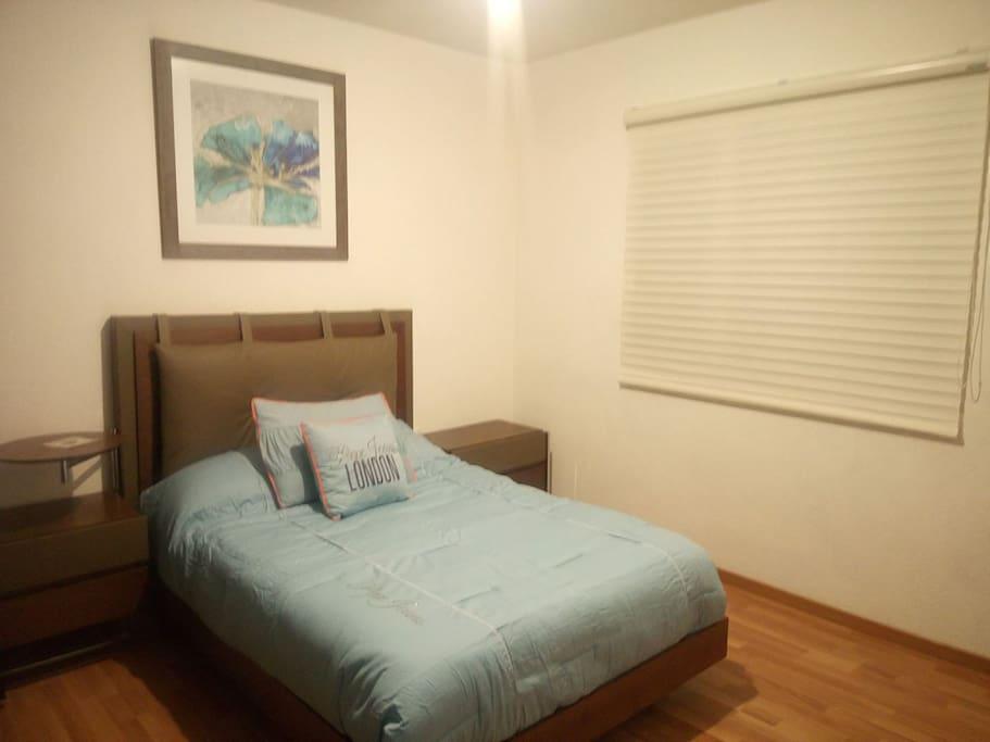Decoración que hace un ambiente agradable, ventana amplia gran ventilación con mosquitero, recámara matrimonial.