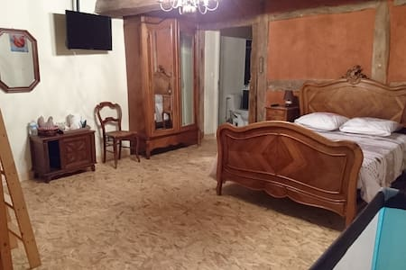 """Chambre d'hôte """"A la poularde Dorée"""" - Curciat-Dongalon - Bed & Breakfast"""