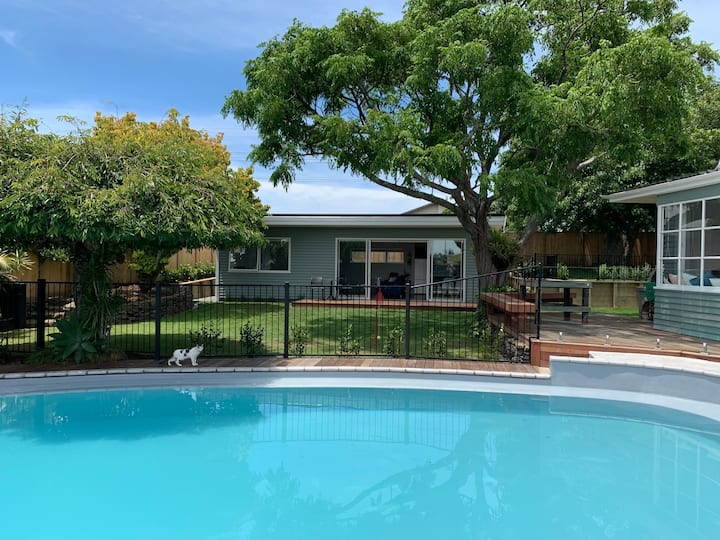 Stylish Cottage with Pool - Central Location!