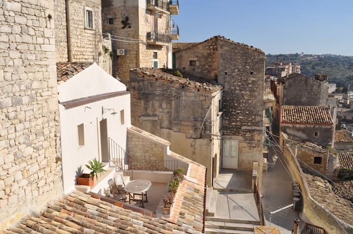 A terrace with a view on Modica - Modica - House