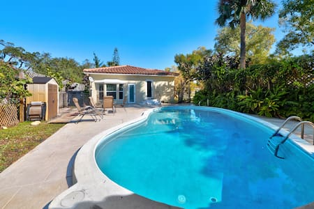 Lantana Beach House with Pool - Lantana - Casa