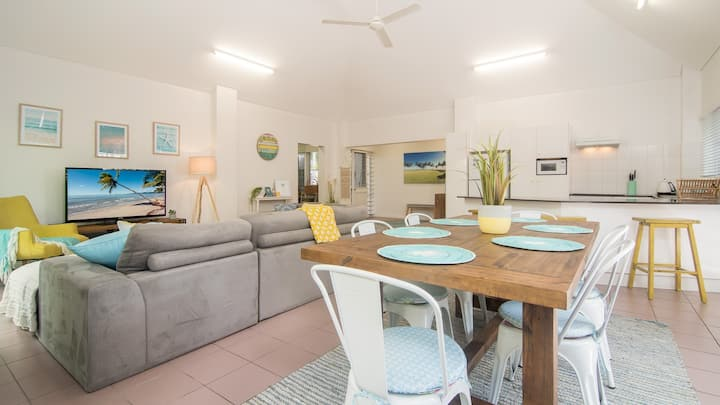 'Coastal Vibez' 2 bedroom unit, close to beach!
