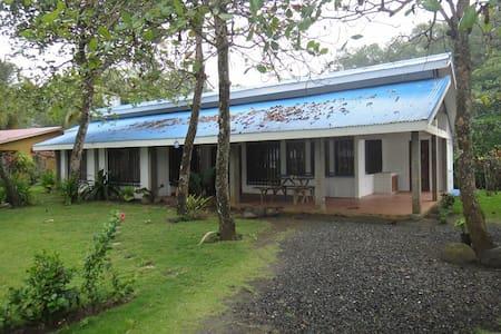 4 BEDROOM BEACH FRONT HOME - Esterillos Oeste - บ้าน