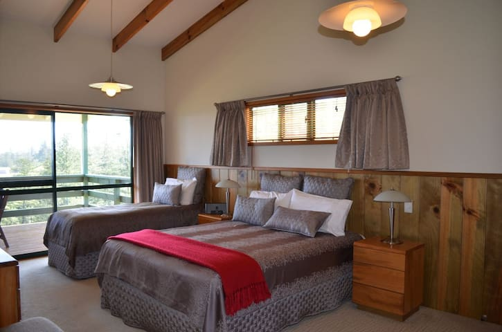Bedroom with Queen Bed & Single Bed