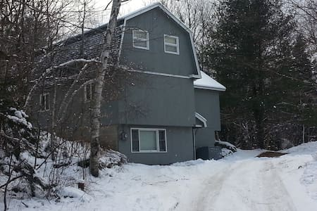 AWESOME, 6 BR, HOTTUB & WIFI, 1.5 miles to MT SNOW - West Dover
