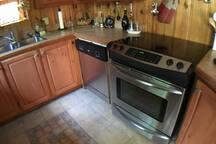 Cuisinière très moderne et lave-vaisselles
