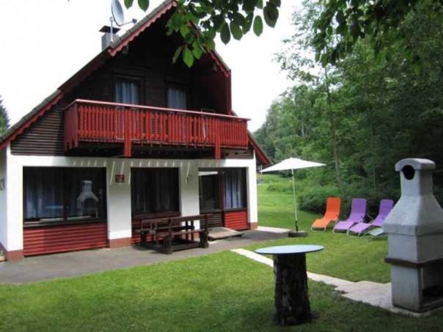 Blick auf das Ferienhaus mit Grillkamin