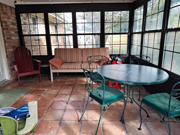 Eclectic Bungalow w/ Pool sleeps 8 close to beach!