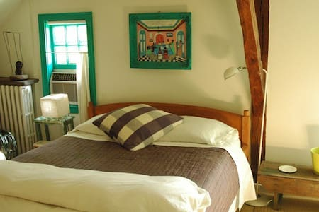 Zihuatanejo room/ 200 year old farm - East Hampton - Bed & Breakfast