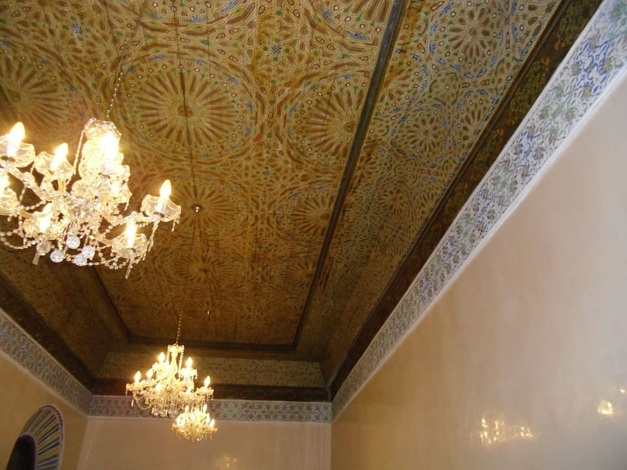 Plafond du salon marocain avec ses lustres