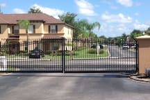 Gated Community (safety is premium) Comunidad cerrada (la seguridad es premium)