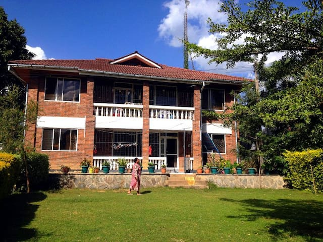 MAMA MACKRINE'S (ground-floor room) - Arusha - Huis