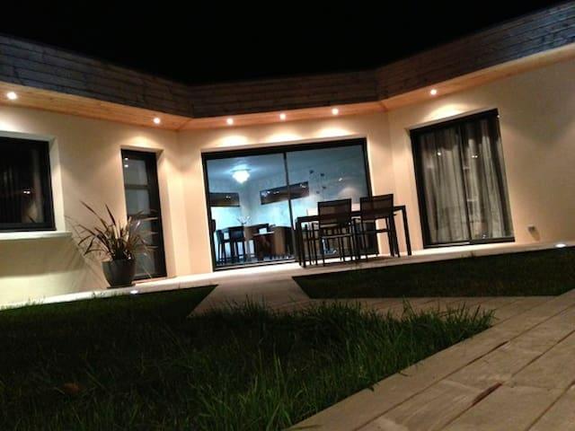 La terrasse et la maison de nuit