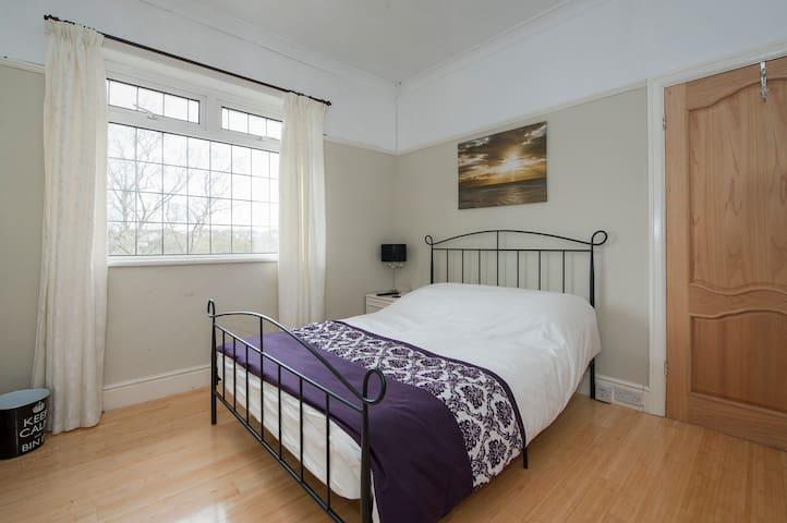 Sunny spacious double room, parking, Bristol - 布里斯托爾 - 獨棟