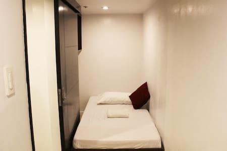 11A-8 Room3 SINGLE EDSA GMA MRT Condo FAN ONLY - 奎松城 - 公寓