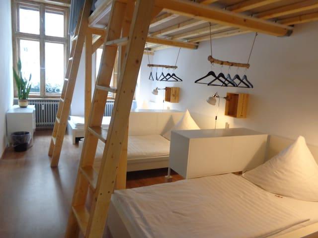 ein Bett im 6 Bettzimmer im Minimal Hostel Berlin