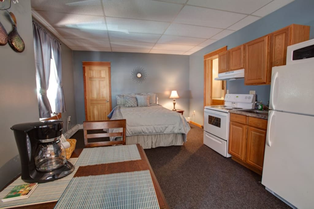 Studio Suite (queen bed, fully equipped kitchenette and dining area)