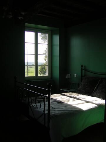 Chambre équipée d'une TV et salle de bain privée.