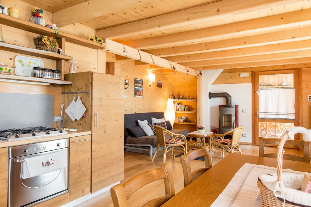 zona cucina e soggiorno, con fornello a legna