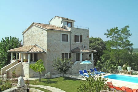 Village house with pool and garden - Majkusi