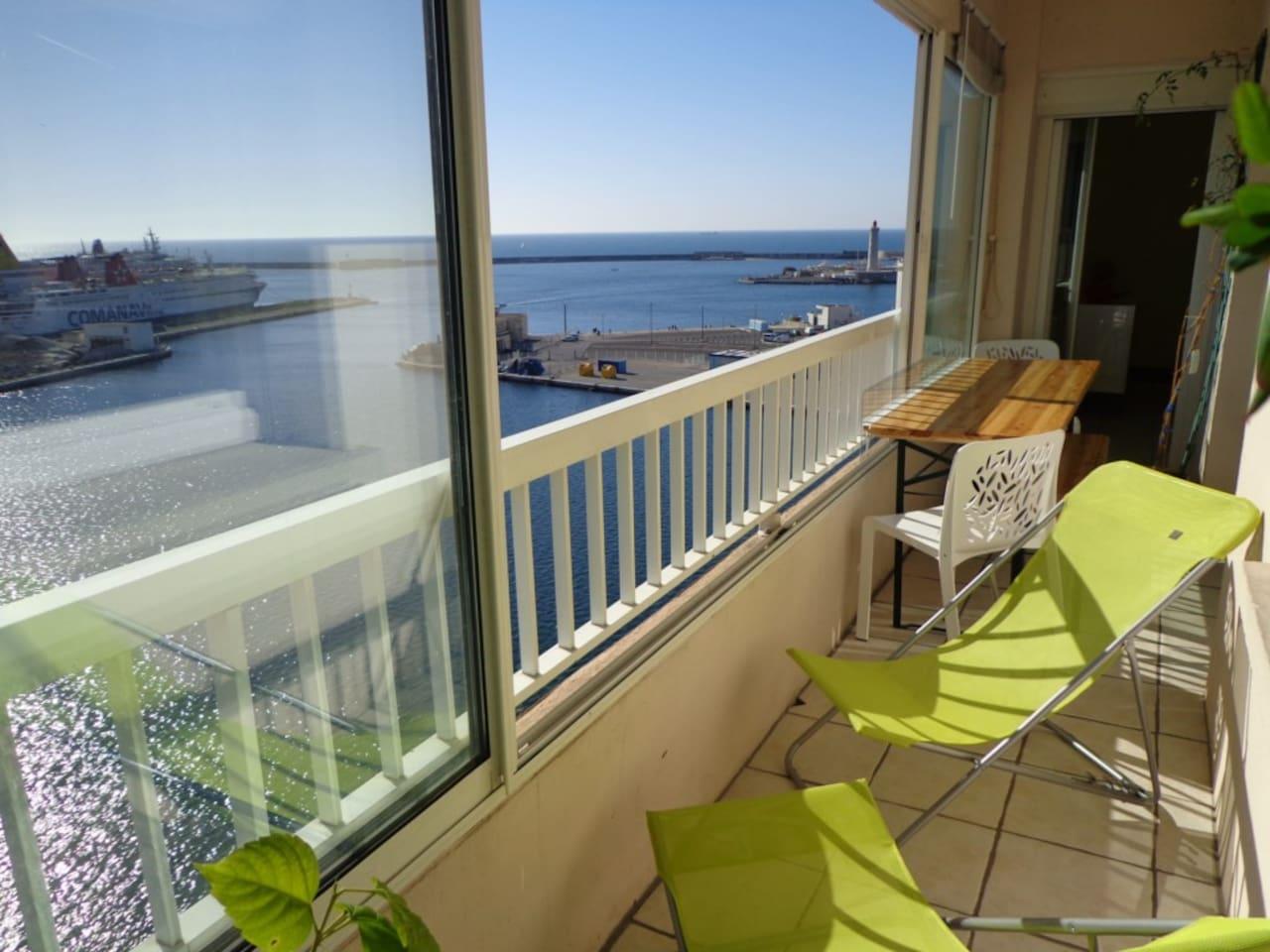 Loggia-balcon avec table et chaises-longues
