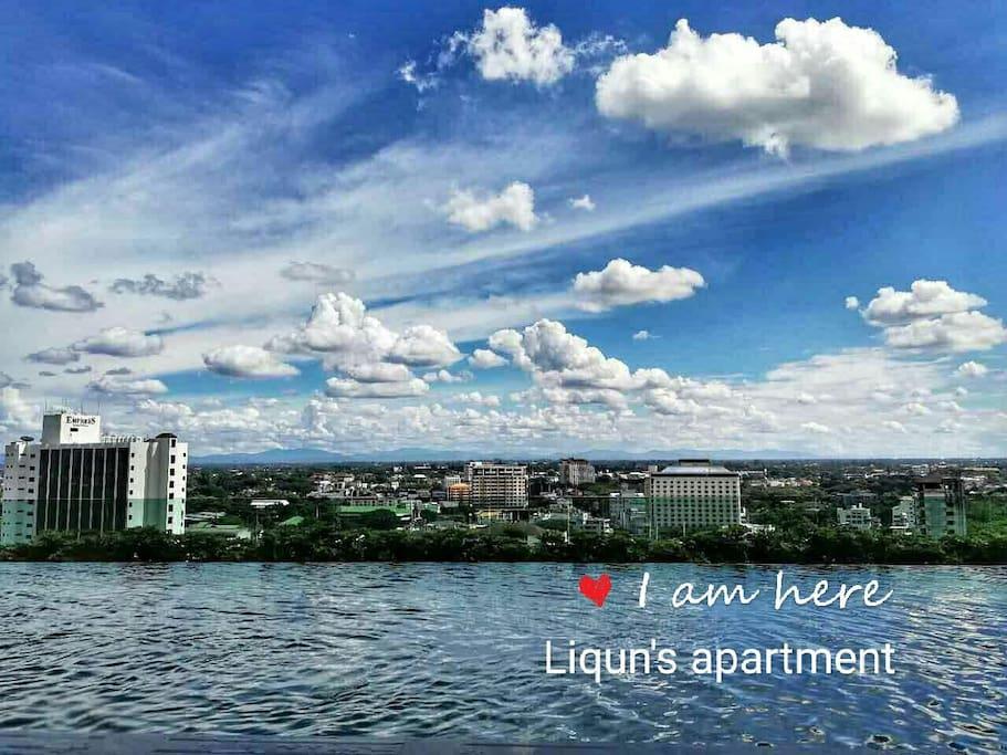 美丽的天际泳池,与蓝天,白云齐肩,俯视魅力古城。