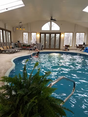 GREAT4500 sf cabin lodge/w heated  indoor pool! - Cleveland - Stuga