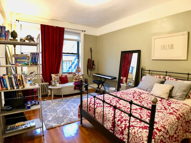 Private Room in the Heart of Astoria-Broadway Area