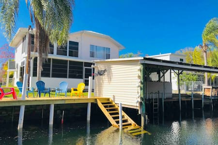 Weeki House: Water front, Kayaks, Bikes included