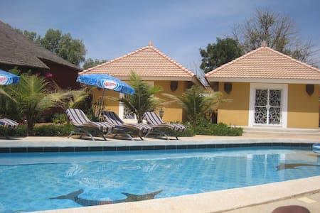 Cases avec piscine dans parc arboré - Ngaparou - Bed & Breakfast