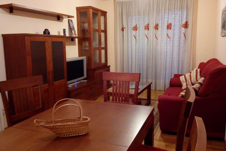 """Amplio salón comedor, equipado con TV 32"""", calefacción, amplio balcón..."""