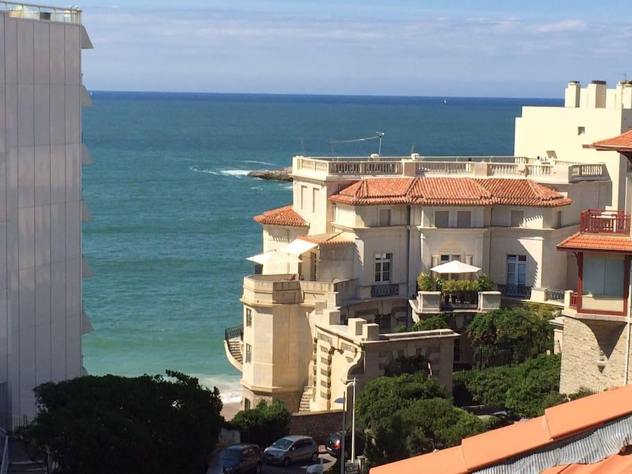 La plage est en bas de l'appartement, vue de la terrasse et du séjour