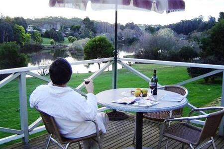 Daylesford Lake Spa Villa overlooking Lake - Daylesford