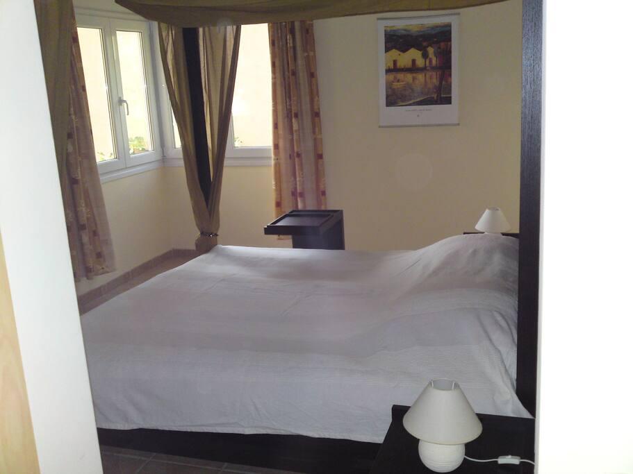 Een van de twee slaapkamers. De andere slaapkamer heeft twee los van elkaar staande bedden.