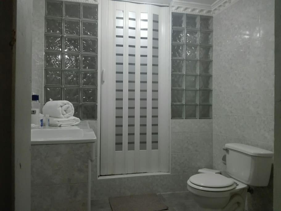 Baño de la habitación guest house Imperio, como se muestra en la foto muy amplio y recién restaurado, agua fría y caliente 24 horas.