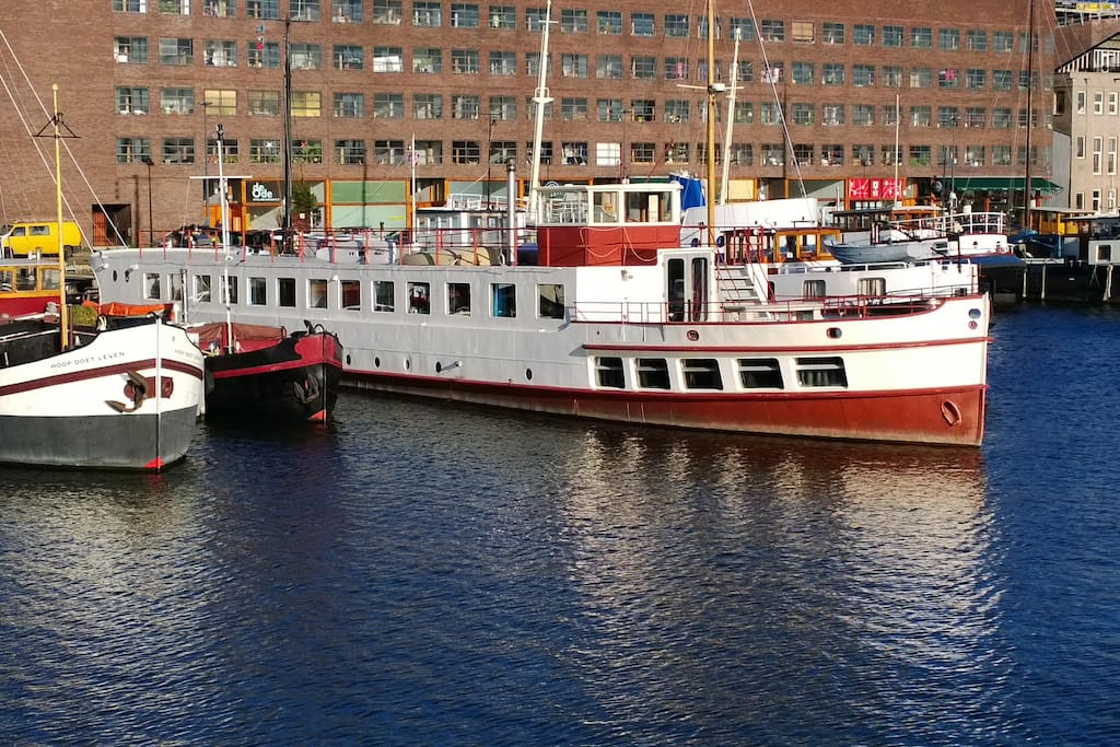 Luxury eco houseboat apt 10 m to central station boats for Airbnb amsterdam houseboat
