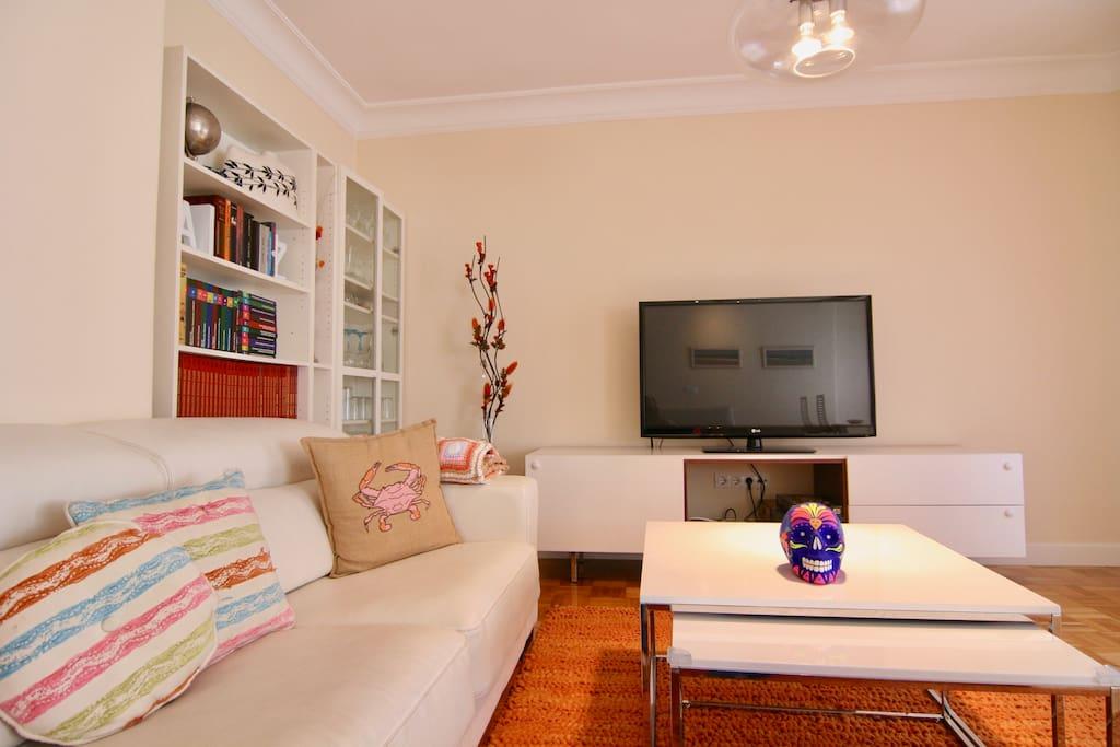 Salón, y la pequeña televisión